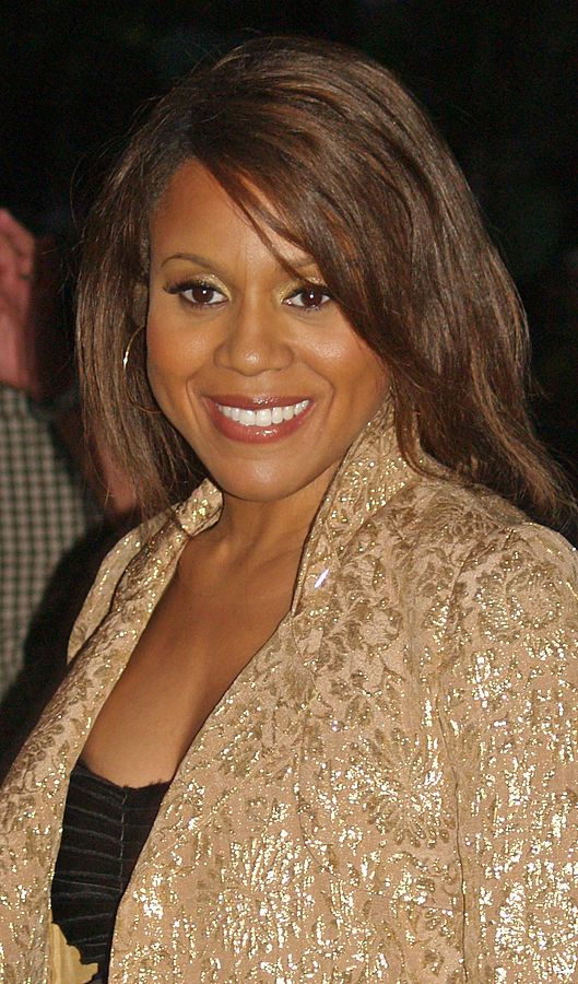 529px-deborah_cox_at_the_mercedes-benz_fashion_week